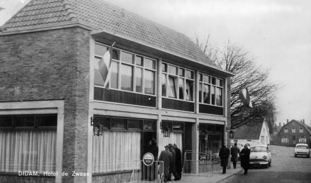 HotelDe Zwaan in 1964, waar nu een supermarkt is gevestigd. (foto: fotoarchief OVD)