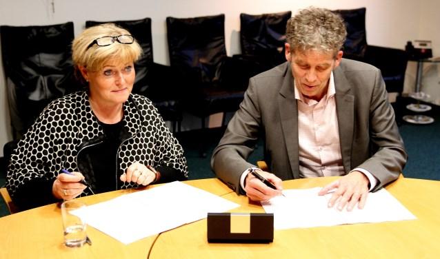 Burgemeester Sijbers en Titus Visser van Meld Misdaad Anoniem tekenen convenant.