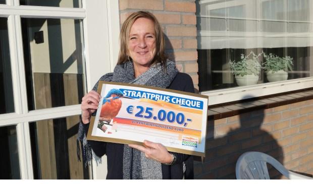 Janine uit Roosendaal wordt verrast met de PostcodeStraatprijs-cheque én de auto.