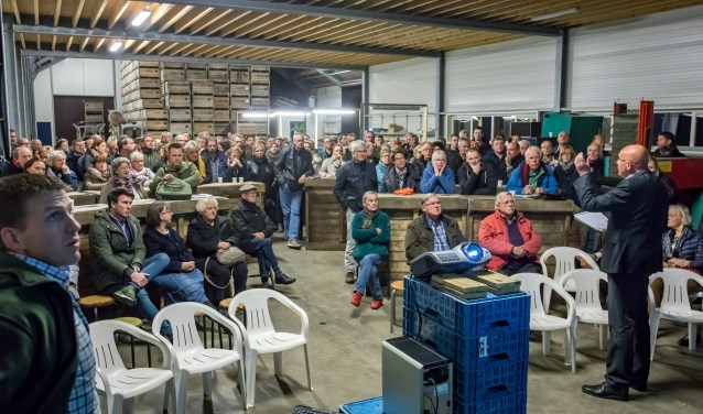Bewoners van Kapel Avezaath luisteren aandachtig naar de gespreksleider van de informatieavond. bezoekers gingen enigszins gerustgesteld naar huis. Er is nog een lange weg te gaan, voordat duidelijk is of het zonnepark er mag komen en of het er dan ook wel komt. (Foto: Jan Bouwhuis)