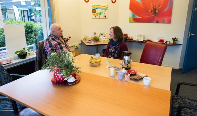 Laura Molema in gesprek met Herman Bosch. Herman is hier sinds de start van de Eper ontmoetingsplek Rise and Shine bijna iedere dag wel even te vinden. Foto: Dennis Dekker