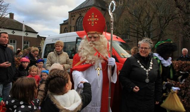 Na zijn aankomst per stoomboot gaat de Sint door naar De Es. Foto: Michelle Bosmans