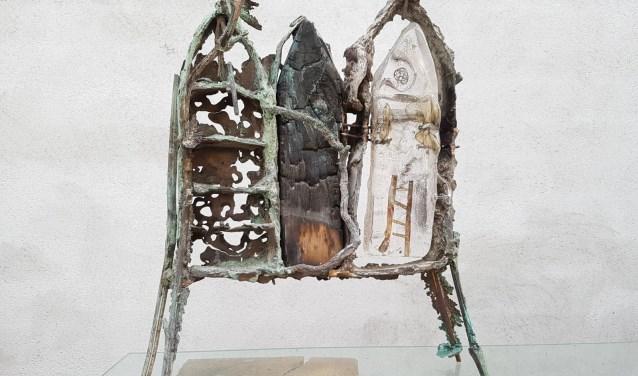 Een beeld van Marjo Wiltingh: brons, glas en hout