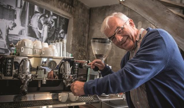 """Wim Vollenberg (71) uit Megen runt sinds drie jaar de koffiegroothandel Allora Caffè aan de Pastoor Bloemstraat in Oss. Daar is hij min of meer toevallig ingerold. Aan stoppen denkt hij nog niet: """"Nee joh, voorlopig is het veel te leuk"""". Foto: Dick Hubertus"""