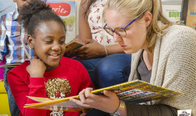 """Pabostudenten stimuleren met ThuisTaal de taalontwikkeling van vluchtelingen: """"Een nieuwe taal leren gaat het snelst in je eigen omgeving. Daarom bezoeken de derdejaars studenten van Saxion de gezinnen wekelijks op AZC Almelo en in Twentse gemeentes."""""""