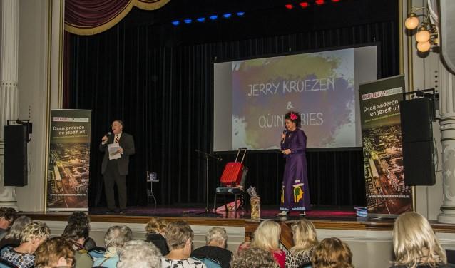 Alleenstaande 55-plussers werden door de Enschedese Uitdaging getrakteerd op een mooie dag uit in theaterzaal De Kleine Willem. Foto: Johan Bruinsma
