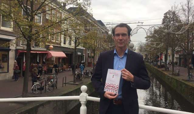 """Marcel van der Kolk met zijn boek """"Hoe word je duurzaam gelukkig?"""" (Foto: Marie-Jet Eckebus)"""
