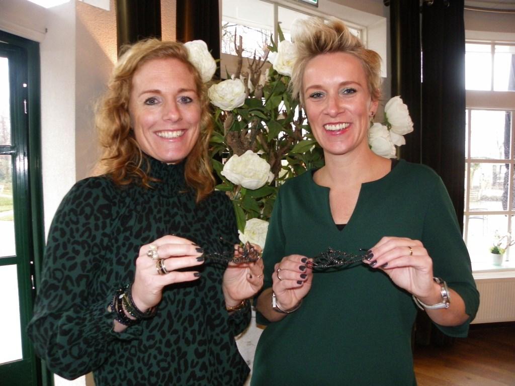 Vriendinnen Loes en Gwen zijn de hofdames in het 44e jubileumjaar van carnavalsvereniging de Krooshappers.