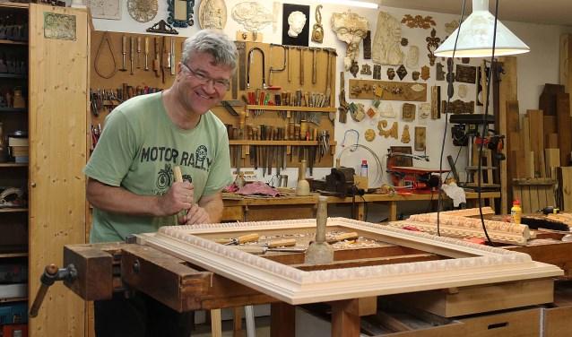 Houtsnijder en beeldhouwer Ubald Elshuis (58) in zijn atelier aan de Maarnse Grindweg. FOTO: Hanny van Eerden