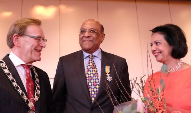 Koos Janssen reikte een Koninklijke Onderscheiding uit aan Roy Khemradj. FOTO: Manon Roosendaal
