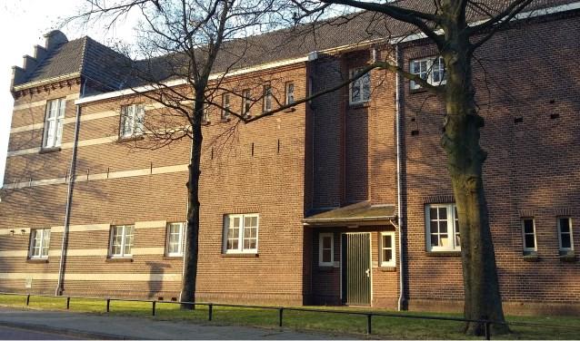 De plek aan de zijkant van de voormalige Plantsoenschool, aan de Burg. Tenkinkstraat. Hier vond het Jongerencentrum uiteindelijk een thuishaven destijds. (foto: Peter Groeskamp)