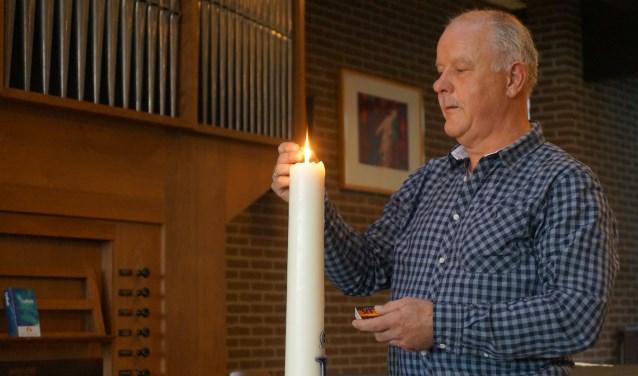 Johan Kuiken neemt na 33 jaar kosterschap afscheid van dit bijzondere beroep. Vrijwilligers nemen zijn taken over zoals het aansteken van de kaars iedere zondagochtend.