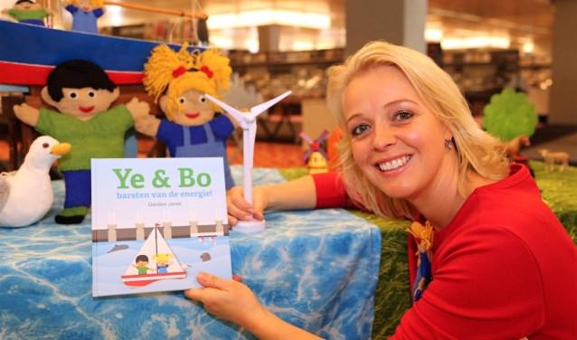 Gerdien Janse presenteerde het nieuwe boek in de bieb in Middelburg. FOTO: Hans Colijn
