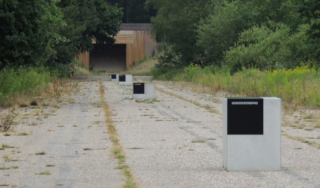 Het pad bestaat uit één informatieblok over de plek zelf en drie blokken met verhalen over de vliegbasis ten tijde van de oorlog.