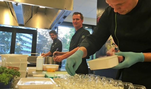 Koks Robin Schaap, Niels Bron en Niels Zillig en staan donderdag 16 november in de finale van 'Het beste Menu van de Zorg'. De winnaar ontvangt 5.000 euro. Daarnaast is er nog een prijs van 1.000 euro voor het beste dessert.