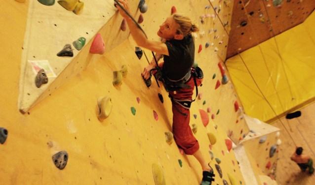 Wanda tijdens een training aan de klimwand van de Uithof (Foto: Sander Goes)