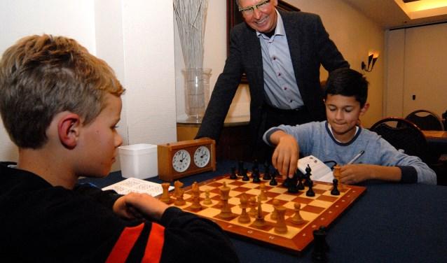 Voorzitter Henk Smale is trots op aanstormend talent Ravi Jansen, hier in duel met Pepijn-Joris Loos (foto: Tom Oosthout)
