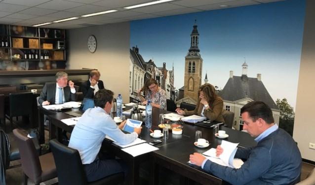 De zeskoppige jury van 2017. Een uitgebreid bedrijfsbezoek en presentatie aan de jury is onderdeel van de procedure.