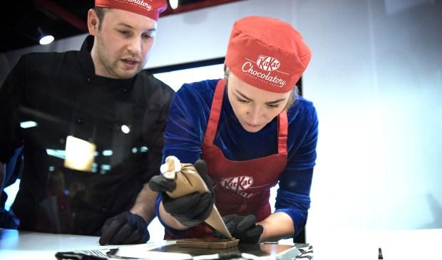 Geraldine Kemper opent Nestlé's KITKAT Chocolatory op Utrecht Centraal. Haar favoriete KITKAT is een melk variant met stroopwafel, wit chocoladeschaafsel en gouden knettersuiker als toppings erop. Foto:Photo Republic/Nestlé