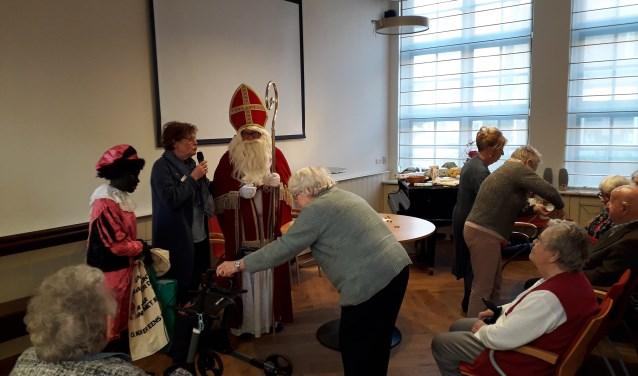De aanwezigen luisterden eerst naar een zeer informatieve lezing over Sinterklaas van theologe Johanneke Bosman uit Utrecht. FOTO: Maarten Bos