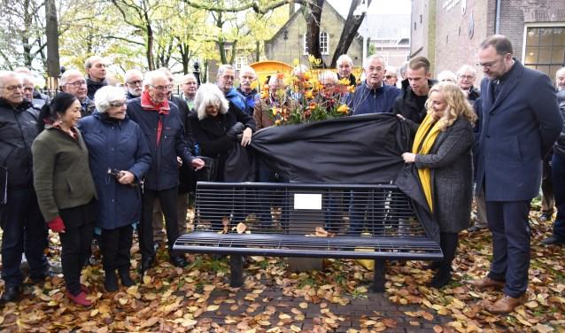 Omringd door familie en vrienden is het bankje ter nagedachtenis aan Mark Schaareman onthuld. Foto: Marianka Peters