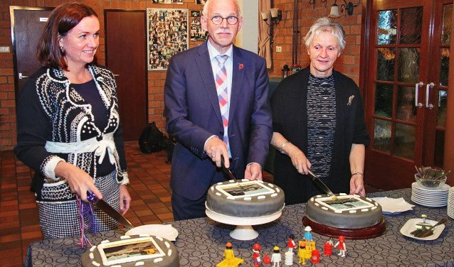 Het feestelijke moment van het aansnijden van de drie taarten door Jacqueline Verbeek-Nijhof, Kees Oskam en Margot Stolk. Elke taart was bovenop voorzien van een fraaie foto van de betreffende rotonde.  FOTO: Wim de Boèvere