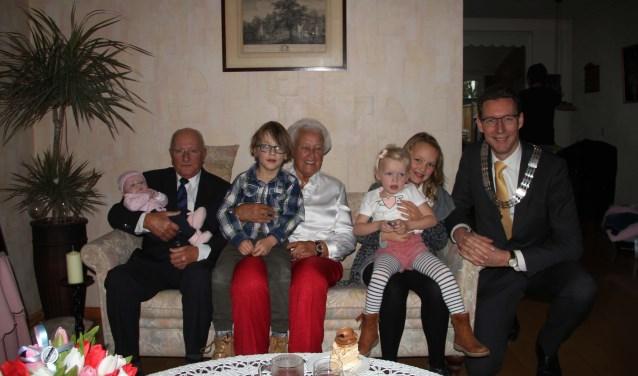 De jubilarissen met de vier achterkleinkinderen en burgemeester Poppens op de bank. FOTO: Anton Rekké