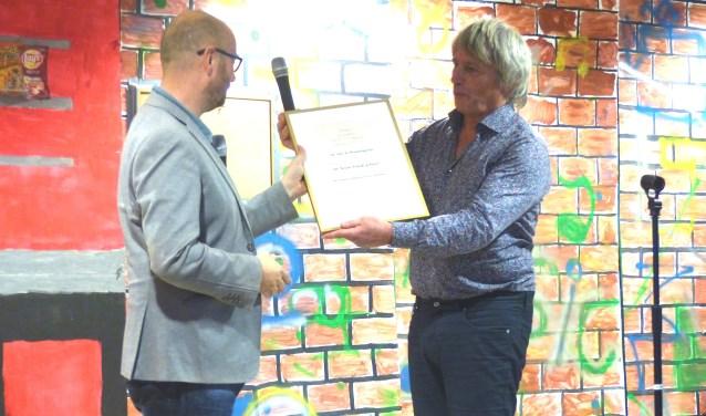 Freddy Strikker overhandigt de Wansinkprijs aan Hessel Luesink, directeur Anne Frankschool