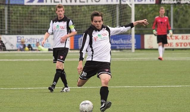 Lars Kikkert in actie tijdens de uitwedstrijd tegen FC Zutphen, toen nog in de 1e klasse. Foto: Paul Kuipers