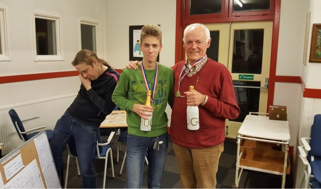 De trotse winnaars senior Jan Wouters en junior  Arnold Lückerath. Links organisator Hotze Tette Hofstra.