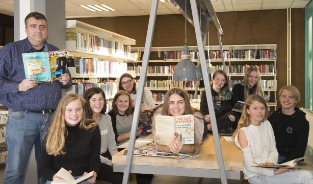 Schrijfclub Pen & Paper van Lek en Linge verheugen zich op literaire avond. (Foto: Liesbeth Wattimury)