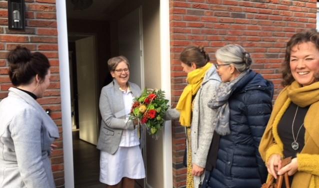 Door haar collega's werd Jannie Seppenwoolde verrast met een bos bloemen.Foto: Alike Nijsink.