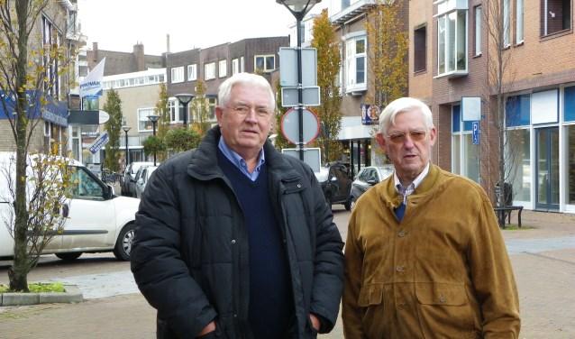 Kees Veenstra (li) en Pim Boer van Stichting Buurtbus Boskoop op de plek op het Gouweplein waar de buurtbus een halte zal krijgen. FOTO: Morvenna Goudkade