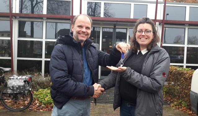 Vertrekkend interim-manager Nieko van Veen van stichting Vluchtelingkinderen geeft de sleutel over aan de nieuwe manager Marlous van Merkenstein. FOTO: Marcel Bos