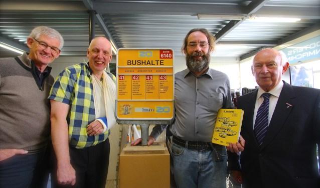 Peter Boots, Peter Rutjes, Jan van Brakel en Daan Viergever (van links naar rechts) bij de presentatie van het boek Dijkrijders. Dat gaat over de bussen van Velox, BSM en de Zuid-Ooster die in Andelst gestationeerd waren. (foto: Kirsten den Boef)
