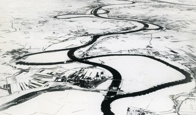 Een luchtfoto van de Maasverbetering, 1936. De bochtige rivier wordt 'rechtgetrokken'. Foto: Stadsarchief Oss