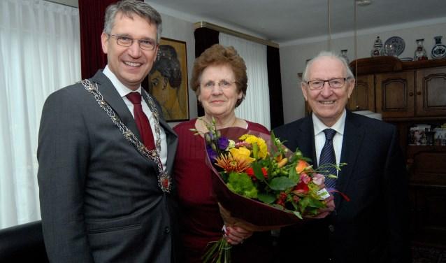 Burgemeester Wim Hillenaar komt de felicitaties overbrengen aan het diamanten bruidspaar Door en Henk 's Gravemade-Suppers namens de gemeente Cuijk. (foto: Tom Oosthout)