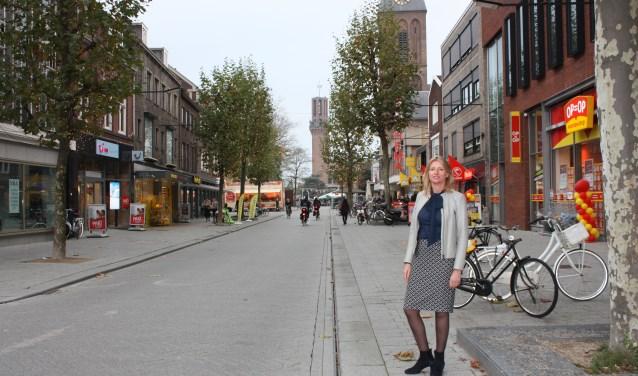 Carla Haafkes bij de Enschedesestraat: 'Dit deel gaat binnenkort op de schop, vanaf eetcafé de Appel tot aan het stadhuis.'