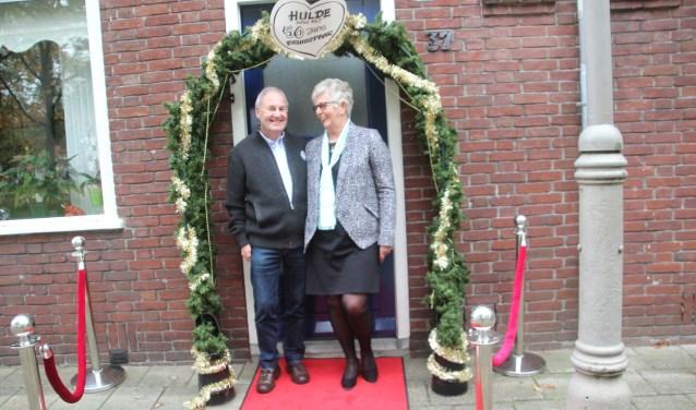 Freddie en Alie Huisman waren erg verrast toen ze hun fraai versierde huis zagen, compleet met rode loper