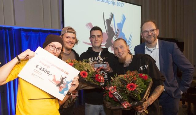 De harde kern van de crew van Poppodium Ede toont haar Juryprijs. Vlnr Xander van Soelen, stagiair Jeroen Wagensveld, Stephan Beumer, Twan Spierings en voorzitter Jaap Boot. Ze hebben ideeën te over wat ze met de prijs gaan doen.