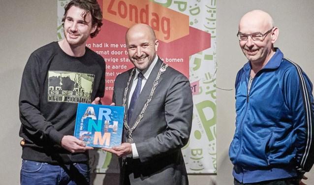 V.l.n.r. auteur Thijs Löwenthal, burgemeester Ahmed Marcouch en fotograaf John Voermans (foto: Pim Voermans)
