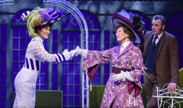 Esmée Dekker, Sjoukje Hooymaayer en Chris Tates in My Fair Lady. Foto: Roy Beusker