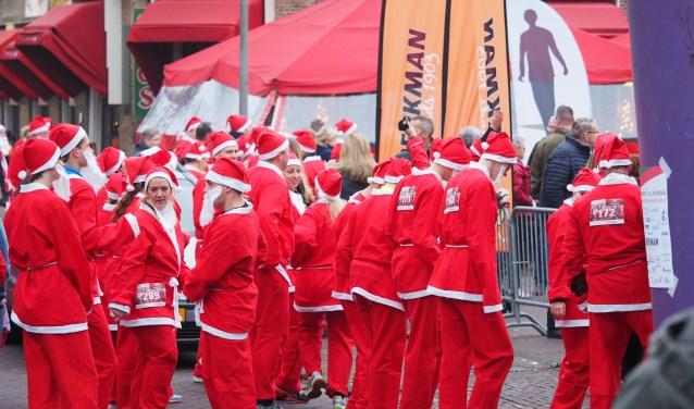 De kerstmannen gaan van start op het Doormanplein.