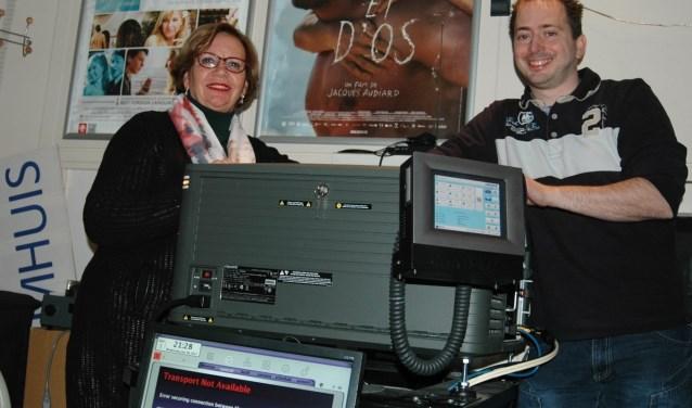 Brigitte Huldman en Marnix Koster begin dit jaar in de projectieruimte van Filmhuis Didam, toen de stichting nog een noodkreet deed. Inmiddels ziet de financiële toekomst er een stuk rooskleuriger uit. (foto: PR)
