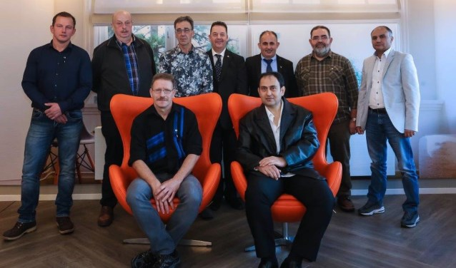 De jubilarissen. Bovenste rij van links naar rechts: Martijn Bruens, Toon Cent, Jan Robben, Jos Wienen, Cengiz Soylemez, Herman Tankink, Yakup Demirel. Onderste rij: Lothar Reyerse  en Murat Ozcan.