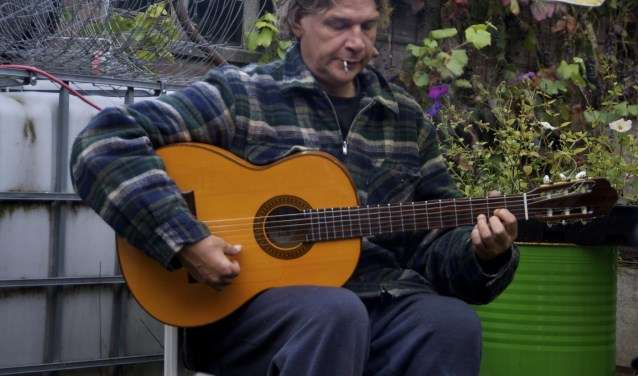 Gitarist Jaccospeelt zijn flamencomuziek vaak bij de ingang van supermarkten en bij terrassen.