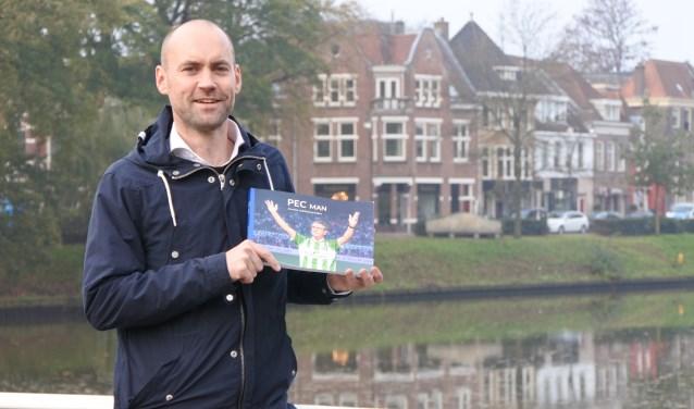 Voor 'PEC Man' schreef Gerjos Weelink samen met Herman Nijman en Anton van Gerner een serie Zwolse voetbalverhalen in De Stentor. Donderdag wordt de bundel gepresenteerd.