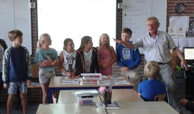 Een van de zes gastdocenten informeert leerlingen van de Bosbergschool in Hollandsche Rading over de Rechten van het Kind en het belang ervan.
