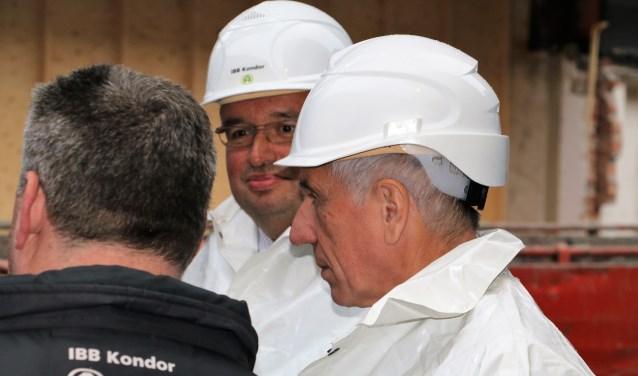 Wethouders Van der Meij en Van Hemert krijgen instructies voor de starthandeling. Foto: Otaweb