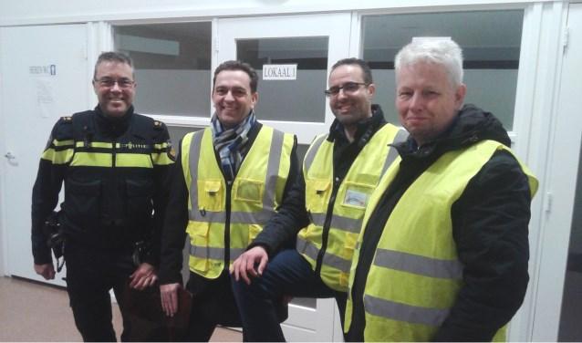 Politieteamchef Ronald Stoffer en burgemester Michel van Bezuijen liepen samen met buurtpreventen Mohamed en Henk een ronde door de wijk Steenvoorde